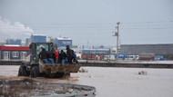 Akhisar'da dere taştı: İstanbul-İzmir yolu su altında kaldı