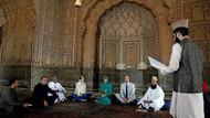 Kraliyet gelini Kate Middleton başörtüsü takıp Kur'an dinledi