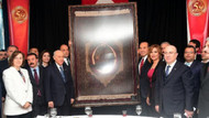 Atatürk için dokunan halı Devlet Bahçeli'ye armağan edildi