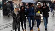 Kar yağışı ve fırtınaya aldırış etmeyen vatandaşlar Taksim'e akın etti