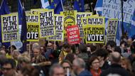 İngiltere'de dev Brexit yürüyüşü: Anlaşma kararını halka bırakın