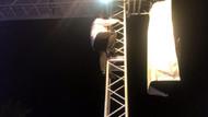 Ünlü şarkıcı konserde hızını alamadı: Sahne direğine tırmanıp şarkı söyledi
