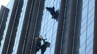 Kadıköy'de korku dolu anlar! Halat koptu temizlik işçileri 20. katta mahsur kaldı