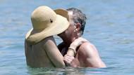 34 yaş büyük sevgilisiyle denizde aşka geldiler!