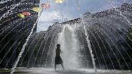 Londra'da sıcak bunalttı, bir kadın caddede çıplak gezdi