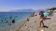 Antalya'da sıcak hava ve nem bunalttı, turistler sahile akın etti