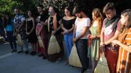 Kadına şiddete tepki amacıyla erkekler etek giydi, kadınlar tesbih salladı!