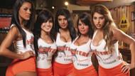 Güzel kızlar tarafından servis edilen soğuk bira