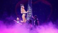 Paris Hilton New York Fashion Week'teki dansıyla göz kamaştırdı