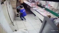 Depremden çayıyla kaçarken kapıyı kırdı! Sosyal medya onu konuşuyor...