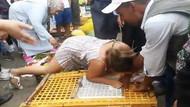 Tavukları kafeslerinden çıkarmak için satıcının elini ısırdı
