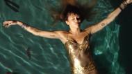 Miley Cyrus 286 bin liralık elbise ile havuza girdi