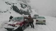 Yola çıkacaklar dikkat! Kar yolları kapadı...