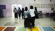 Uzun siyah etek giyen kız öğrenci okula sokulmadı