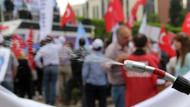 Adana'da gül sulu 1 Mayıs kutlaması