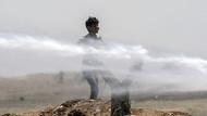 Sınırda bekleyen Suriyeliler TOMA'larla serinliyor