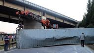 Konteyner yüklü tır devrildi, trafik kilitlendi