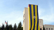 Konsolosluğa dev Fenerbahçe bayrağı