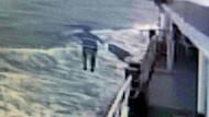 Denizin ortasında vapurdan atladı