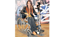 Ünlü oyuncu davete tekerlekli sandalyeyle geldi