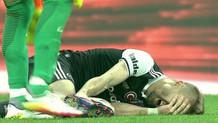 Caner Erkin, sakatlanarak sahadan sedyeyle çıkarıldı