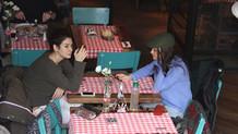 Hande Soral ve Ekin Türkmen sigara yasağını deldi
