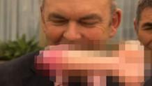 Bakanın suratına seks oyuncağı fırlattı