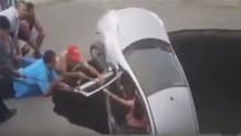 Arabasıyla 5 metrelik çukura düşen kadın böyle kurtarıldı