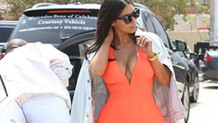 Kim Kardashian'ın derin göğüs dekolteli kıyafeti olay oldu!