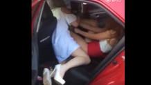 Kavganın böylesi...Taksinin içinde iki Rus kadın birbirine saç baş giriyor!