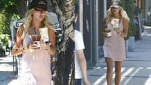 Hailey Baldwin geceliğiyle kahve almaya çıktı