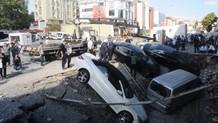 Merter'de inanılmaz olay: Yol çöktü, araçlar çukura düştü