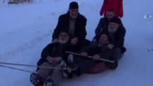 Karda leğenle kayan Erzurumlu yaşlı amcalar