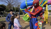 Mühendislik okudu Spiderman kostümüyle balon satıyor
