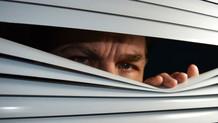 Yatak odasını gözetleyen sapık  komşusunu suçüstü yakalattı