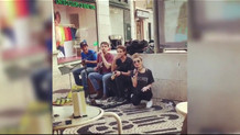 İrem Derici Lizbon'da sokak şarkıcılarıyla birlikte şarkı söyledi