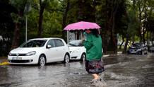 İstanbul'da suların ortasında kalan vatandaşların zor anları