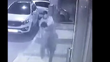 Vicdansız adam kaldırımda duran köpeğe tekme attı