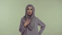 Saç bakım ürünün reklamında başörtülü kadın