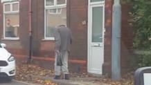 Kafası olmayan adamı sokakta yürürken görünce şoke oldular