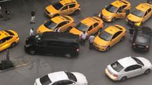 Taksiciler UBER aracının etrafını sarıp sürücüyü tehdit etti
