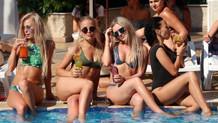Güzel Rus turistler Antalya tatilinde böyle eğleniyor