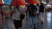 Taksim'de sağanak yağışa hazırlıksız yakalandılar