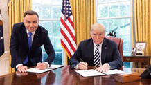 Polonya cumhurbaşkanı ile Trump'ın o fotoğrafı işinden etti
