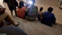 Eteği açılan genç kadının bacaklarını çeken sapık fena yakalandı