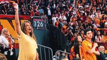 Eşinin maçına giden Müge Boz tribünde yerinde duramadı