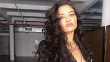 Eski Victoria's Secret mankeni Shanina Shaik üstsüz sokakta