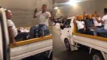 Kamyonet kasasında kutlama yapan adamlar seçim gecesine damga vurdu