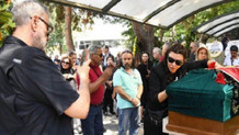 Enis Fosforoğlu'nun cenazesinde Hamdi Alkan ve eşinden skandal kare