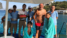 Reha Muhtar'ı acil durum diye denizden çıkarıp doğum günü sürprizi yaptılar